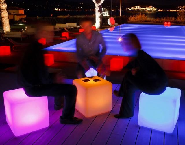 Настольные светящиеся LED-кубы (стул и стол в форме куба)