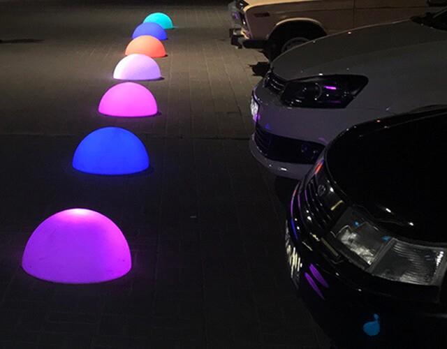 Разноцветные антивандальные светодиодные полусферы как дорожное ограждение