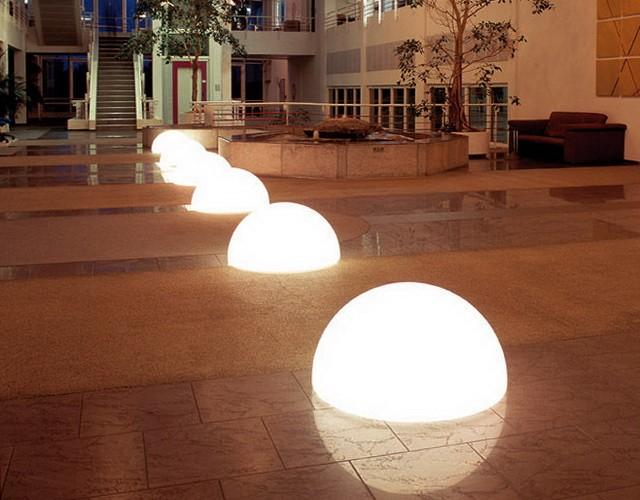 Напольные светильники полусферы в торговом центре
